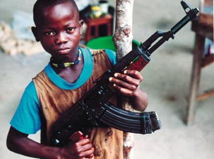 Que retiendra la jeune génération de la crise 2009 ? Sur la photo, un enfant inquiet devant la mitraillette sur la place du 13 Mai pendant le Coup d'Etat